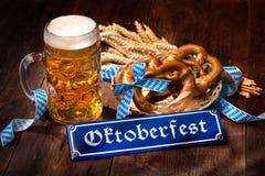 Bretzels bavarois originaux avec la chope en grès de bière Image stock