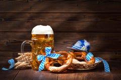 Bretzels bavarois originaux avec la chope en grès de bière Images stock