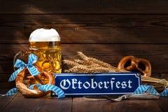 Bretzels bavarois originaux avec la chope en grès de bière Photo libre de droits