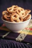 Bretzels cuits au four avec le sésame image libre de droits