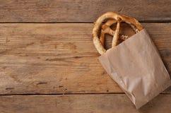 Bretzels op houten achtergrond Stock Foto
