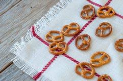 Bretzels salados en una servilleta de lino Foco selectivo Fotografía de archivo libre de regalías