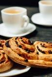 Bretzels savoureux et deux tasses de thé sur la table en bois foncée Image libre de droits
