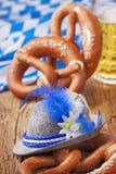 Bretzels und Bier Stockfoto