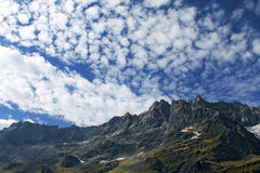 Breuil Cervinia alpin kedja Arkivfoto
