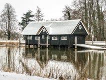 Breukelen, Paesi Bassi - 2010-02-14: Rimessa per imbarcazioni nella neve dal fiume Vecht fotografia stock