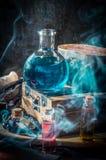 Breuvage magique magique bleu avec de la fumée Photo libre de droits