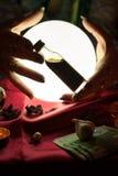 Breuvage magique de bouteille dans des mains de femme de diseur de bonne aventure Photos stock
