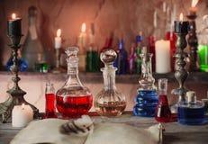 Breuvage magique magique, livres antiques, bougies Photos stock