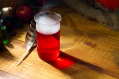 Breuvage magique rouge avec de la fumée ou brouillard sur le fond en bois Photographie stock libre de droits