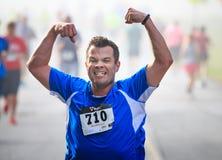 BREVARD, NC-MAY 28日2016年-亚特兰大, GA的运动员罗素华格纳,在与350个赛跑者的白色灰鼠种族跑在Brevard, 免版税库存图片