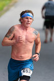 BREVARD, NC-MAY 28日2016年-标记Rollins, NC,第4 40-49年龄组, 10K跑在与350个赛跑者的白色灰鼠种族 免版税图库摄影