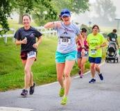 BREVARD, NC 28-ое мая 2016 - счастливые дамы бегут в белой гонке белки с над 350 бегунами в Brevard, NC 2016 Гонка sponsore Стоковые Фото