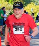 BREVARD, NC 28-ое мая 2016 - счастливый старший человек бежит в белой гонке белки с над 350 бегунами в Brevard, NC 2016 Гонка sp Стоковое Изображение