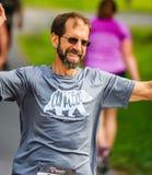 BREVARD, NC 28-ое мая 2016 - человек бежит в белой гонке белки с над 350 бегунами в Brevard, NC Стоковые Изображения
