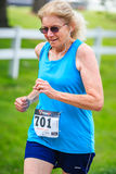 BREVARD, NC 28 de maio de 2016 - atleta Kathleen Stahly, Asheville, NC ø em 65-69 10K na raça branca do esquilo em Brevard, NC 20 Fotos de Stock Royalty Free