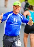 BREVARD, NC 28 de maio de 2016 - o homem feliz dá os polegares acima como corre na raça branca do esquilo com sobre os 350 corred Imagem de Stock