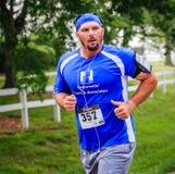 BREVARD, NC 28 de maio de 2016 - Robinson empoeirado de Brevard corre na raça branca do esquilo com sobre os 350 corredores em Br Imagens de Stock Royalty Free