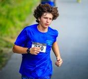 BREVARD, NC 28 maggio 2016 - Isaac Soifer, Hendersonville, NC, secondo nel gruppo d'età 12-16 10 K, nella corsa bianca dello scoi Fotografia Stock Libera da Diritti