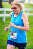 BREVARD NC-MAY 28, 2016 - idrottsman nen Kathleen Stahly, Asheville, NC 1st i 65-69 10K i det vita ekorreloppet i Brevard NC 2016 Royaltyfria Foton
