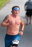 BREVARD NC-MAY 28, 2016 - Mark Rollins, NC, 4th 40-49 åldersgrupp, körningar 10K i den vita ekorren springer med över 350 löpare Royaltyfri Fotografi