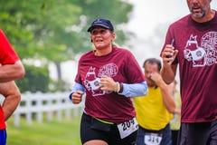 BREVARD, NC-MAY 28, 2016 par i wielkiego grupa bieg w Białej wiewiórce, Ścigają się w Brevard, NC 2016 Rasa sponsorują Rotar Obraz Stock