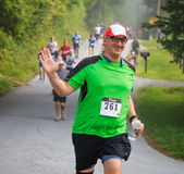 BREVARD, NC-MAY 28, 2016 - Szczęśliwi mężczyzna bieg w Białej wiewiórce Ścigają się z 350 biegaczami w Brevard nad, NC 2016 Rasa  Obraz Royalty Free