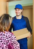 Brevbärare levererad ask till hemmafrun Arkivbilder