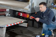 Brevbärare som lastar av leveranslastbilen royaltyfri bild