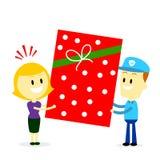 Brevbärare som levererar en stor närvarande gåva till en kvinna Arkivbild