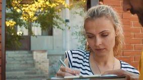 Brevbäraren levererar en jordlott för en ung kvinna arkivfilmer