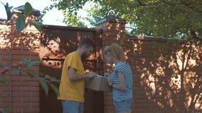 Brevbäraren levererar en jordlott för en ung kvinna stock video