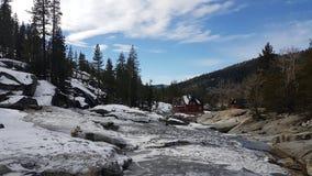 Breve cascata vicino al lago Tahoe fotografia stock libera da diritti