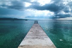 Breve pilastro fuori da una costa caraibica fotografia stock libera da diritti