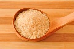 Breve riso crudo sul cucchiaio di legno Fotografia Stock