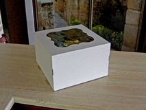 Breve scatola da pasticceria quadrata bianca del cartone fotografie stock