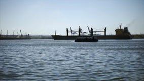Breve viaggio del mare sul traghetto nel porto di havaha video d archivio