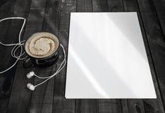 Brevhuvud kaffekopp, hörlurar Royaltyfri Fotografi