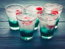 Brevi bevande di verde dell'alcool con la ciliegia Fotografie Stock