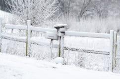 Brevlåda i snowen Fotografering för Bildbyråer