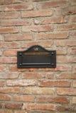 Brevlåda på tegelstenväggen, siena Royaltyfri Bild
