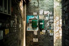 Brevlådaaffischer i Hutong, Peking royaltyfria foton