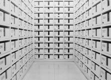 Brevlådan byggs in för att lagra bokstaven, räkningen, katalogen och annan för varje ägare Arkivfoton