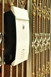 Brevlådor för vit metall mot staket royaltyfria foton