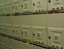Brevlådor på väggen arkivbild