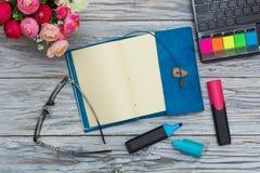 Brevpapper, blommor och notepad arkivfoton