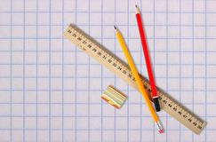 Brevpapper - linjal-, radergummi- och för blyertspennaskolapapper bakgrund arkivbild