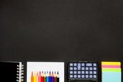 Brevpapper på det svarta skolaskrivbordet Arkivfoto
