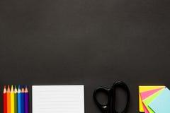 Brevpapper på det svarta skrivbordet Arkivbilder