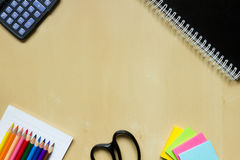 Brevpapper på skolaskrivbordet Arkivfoto